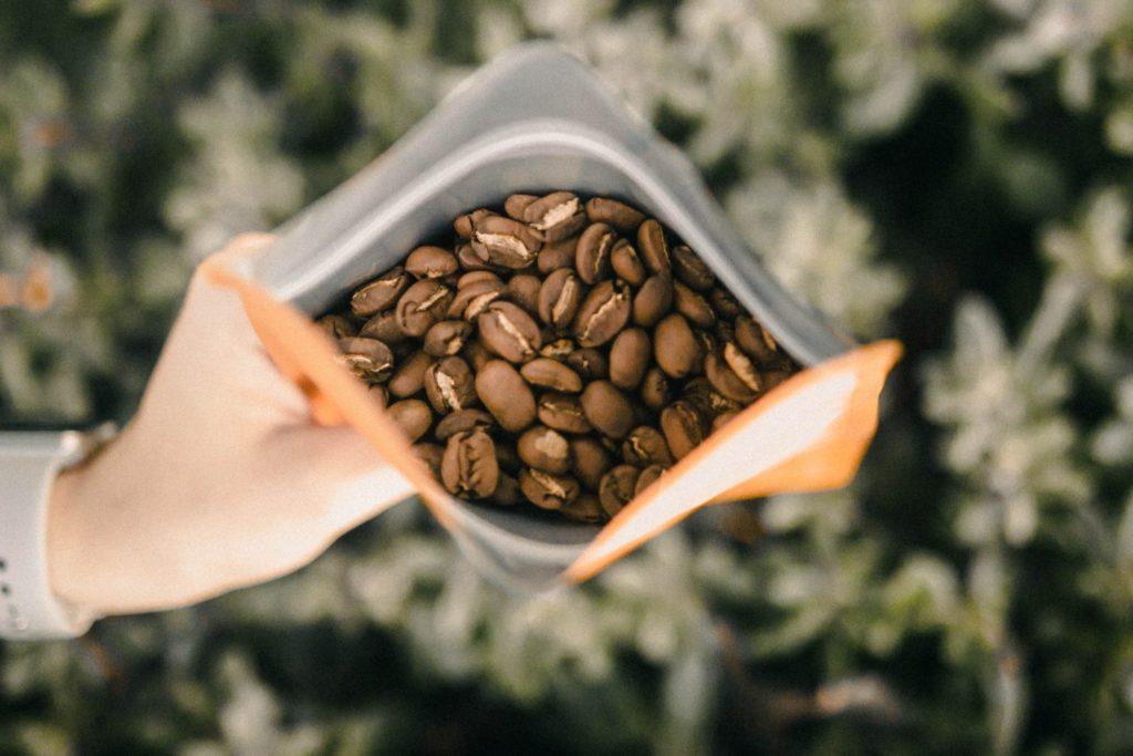 コーヒー豆の袋詰め