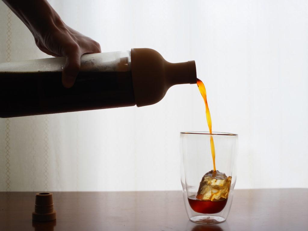 ダブルウォールグラスに水出しコーヒーを入れている