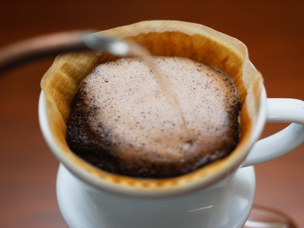 青海コーヒーのハンドドリップ
