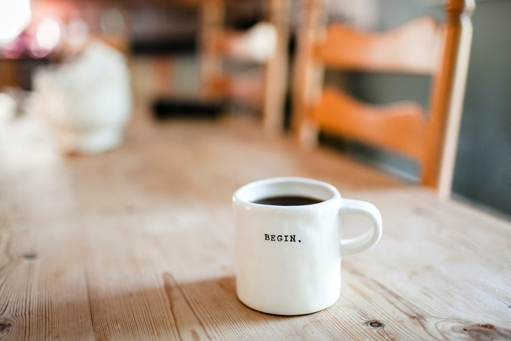 コーヒーが机の上に置いてある